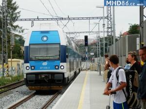 Příjezd vlaku do zastávky Praha - Podbaba