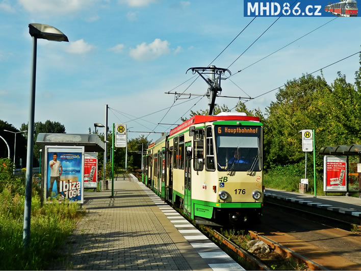 Z venku vypadá tramvaj i po další modernizace stejně. Vůz KTNF6 ev. č. 176 v roce 2012.
