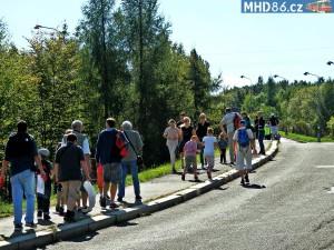 Místo speciální autobusové linky museli lidé šlapali do vzdálených garáží na kopci