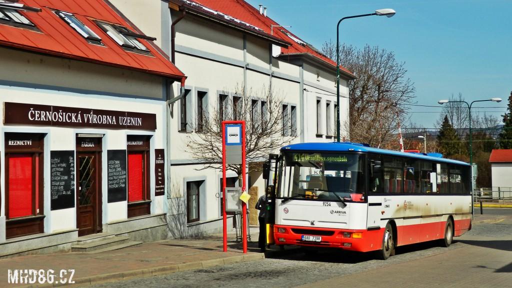 """Autobus opatřený nátěrem """"Malování"""" PID na lince 414 v Černošicích."""