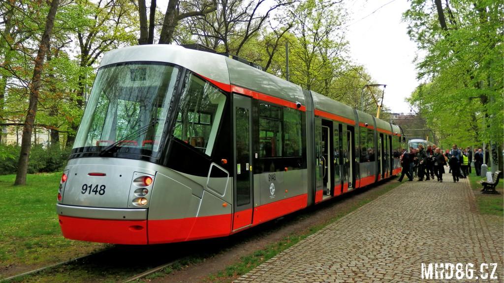 """""""Lakem"""" se zmodernizovaná Škoda 14T vrací k barevnému schématu tramvaje 15T a jednotek metra M1"""