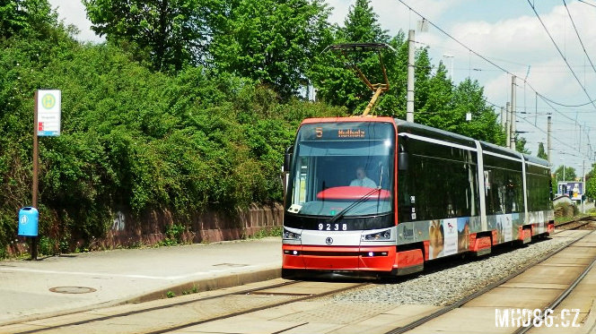 Pražská tramvaj Škoda ForCity 15T v Chemnitzu na lince 5 v rámci zkušebních jízd (rok 2012).