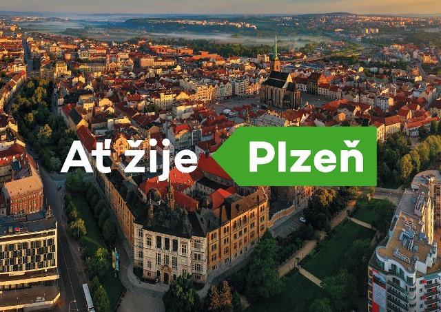 Vizuál města Plzně. Logo tvoří zelená šipka směřující na západ s nápisem Plzeň