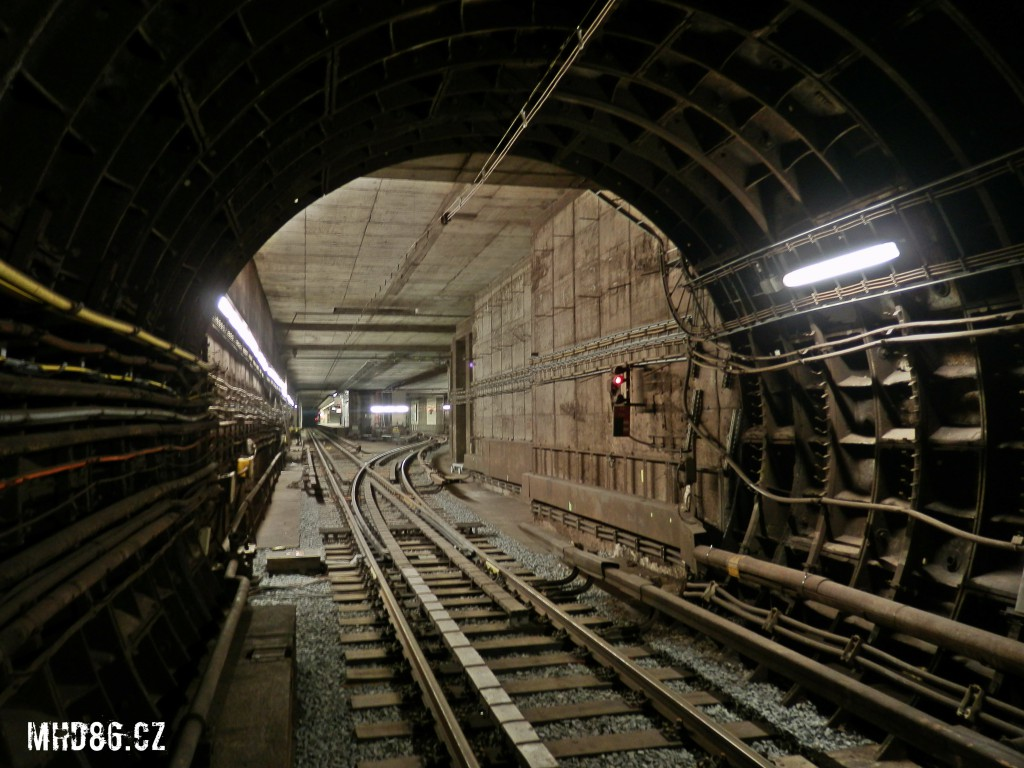 Pohled z tunelu na kolejový přejezd před stanicí Pražského povstání