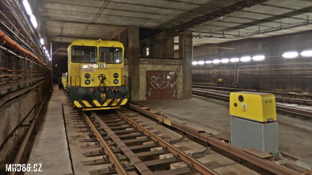 Odstavený lokotraktor v tunelu (ve směru z Vyšehradu na Pražského povstání)