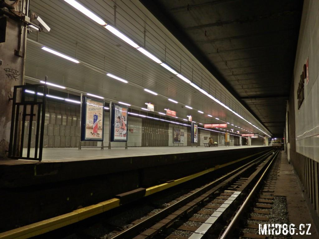 Pohled z kolejiště do stanice Pražského povstání
