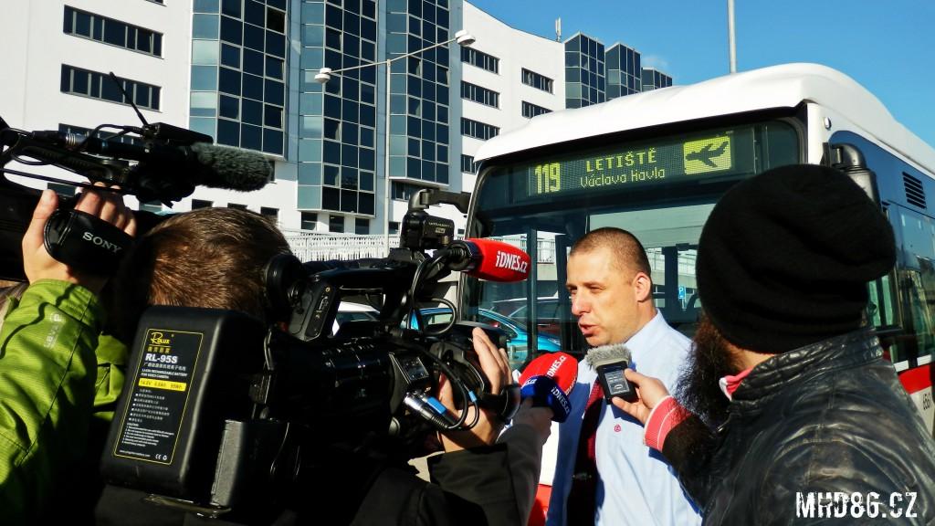 Novináři kladou otázky řidiči autobusu