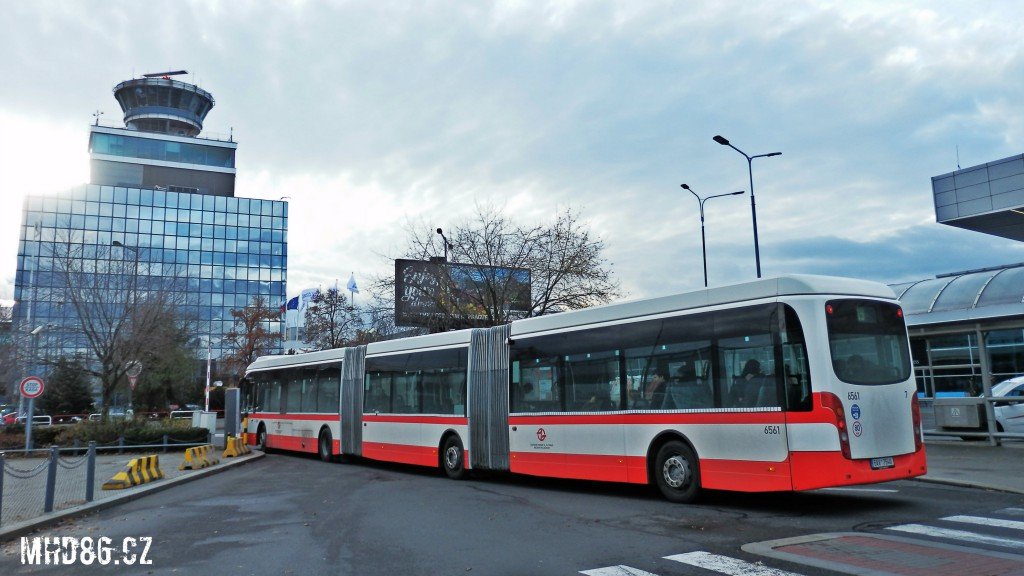 Odjezd autobusu Van Hool z prostoru zastávky Terminál 1