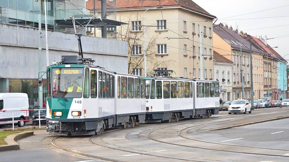 KT4DC ev.č 148 + 248 u metra Strašnická. Foto: Tramvaje v České republice - Roman Hloch