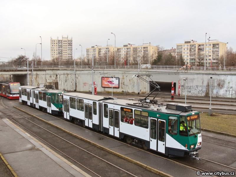 KT4DC ev.č 148 + 248 ve smyčce Nádraží Hostivař. Foto: Citybus.cz